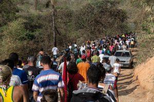 Moradores da ocupação Izidora atravessam mata e estrada de terra para alcançarem o asfalto que leva até a Avenida Cristiano Machado. Fotografia: Lucas D'Ambrosio