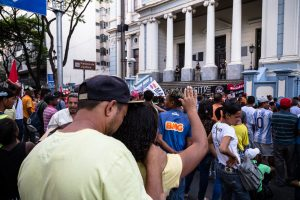 Enquanto aguardavam o anúncio do julgamento, moradores se posicionaram nas escadarias do Palácio da Justiça, sede do TJMG, na Avenida Afonso Pena, região central de Blo Horizonte. Fotografia: Lucas D'Ambrosio