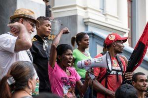 """São cinco mil casas, gente! Aonde nós vamos enfiar toda essa gente? Maria da Silva, moradora da Izidora. """"Eu vim a pé, carregando uma faixa! Nós não vamos aceitar!"""". Fotografia: Lucas D'Ambrosio"""