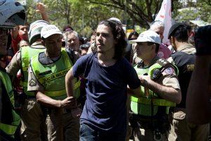 Estudante apreendido durante a manifestação. Fotografia: Lucas D' Ambrósio.