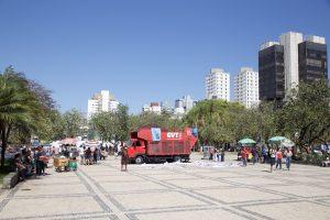 Ambulantes foram obrigados a desocupar o centro da Praça da Assembléia por ordem da presidência da Casa Legislativa. Fotografia: Lucas D' Ambrósio.