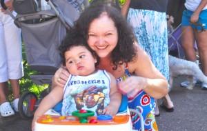 Vicentina de Paula acompanhada do sobrinho Miguel