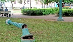 Poste derrubado na Praça da Liberdade